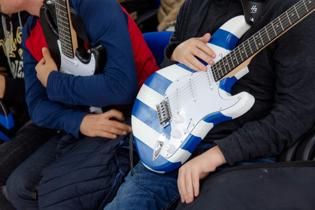 Le chitarre realizzate da ragazzi con autismo nel corso di un recente progetto